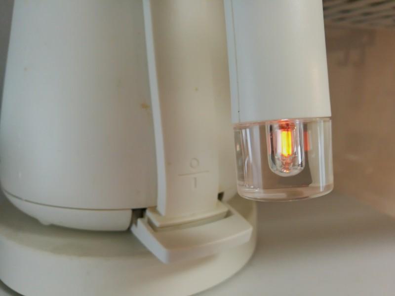 バルミューダの電気ケトルの本体のハンドルの手元のランプの光っている画像