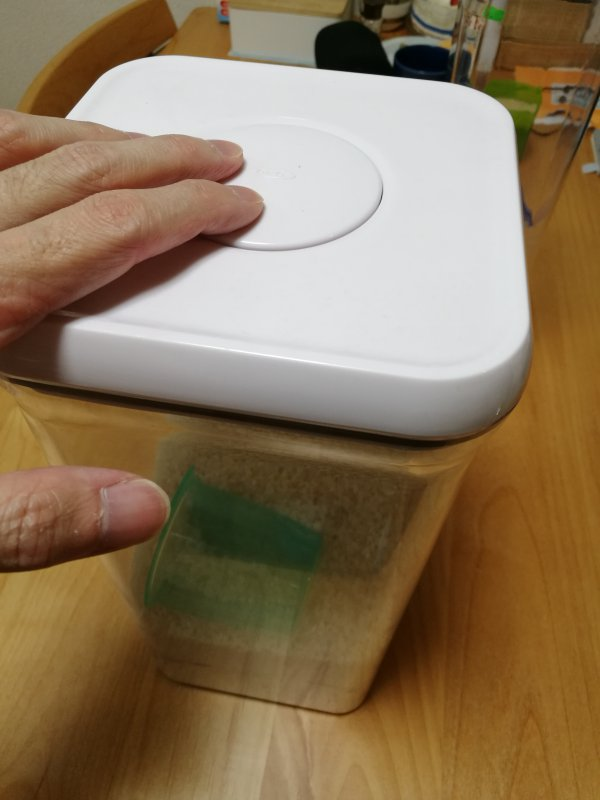OXOの保存容器のふたを閉めている画像