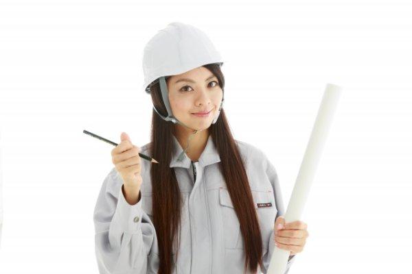 生産技術の仕事内容・役割を説明してくれる女性のイメージ画像