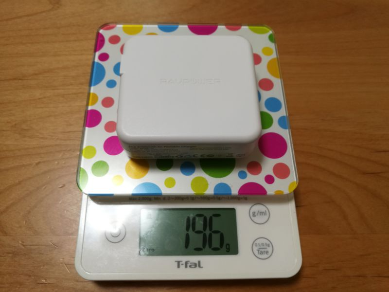 「RAVPOWER RP-PB125」の重さを測っている画像