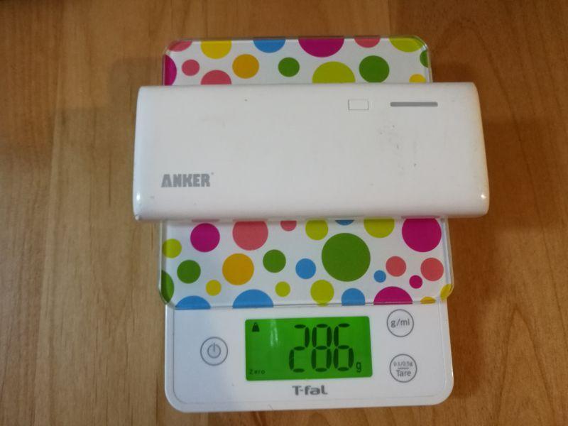 昔のankerのモバイルバッテリーのの重さを測っている画像