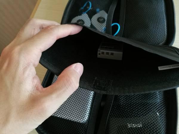 「TB-02GPBK」のポケットにガジェットを収納している画像