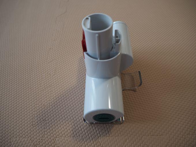 「ダイソン V7 Mattress」のミニモーターヘッドの角度を変えた画像