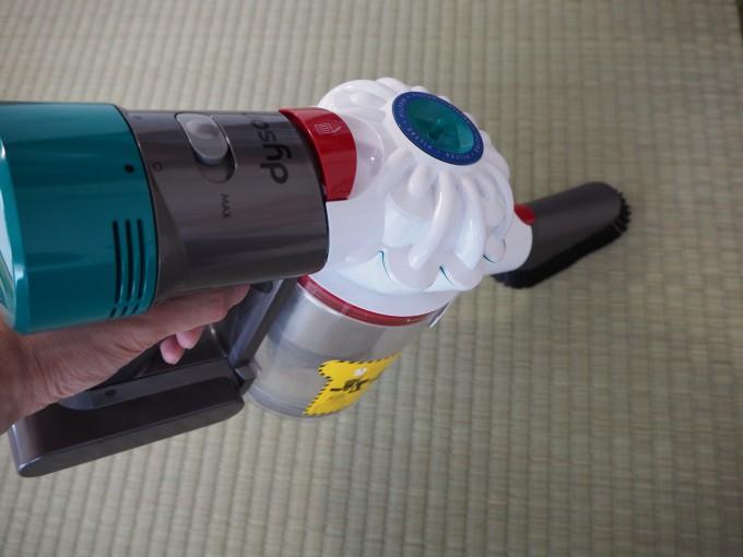 「ダイソン V7 Mattress」のミニソフトブラシで畳を掃除している画像