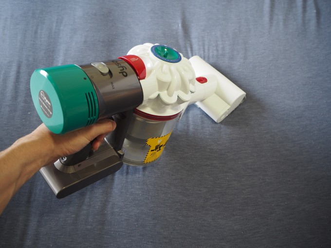 「ダイソン V7 Mattress」のミニモーターヘッドでマットレスを掃除する画像