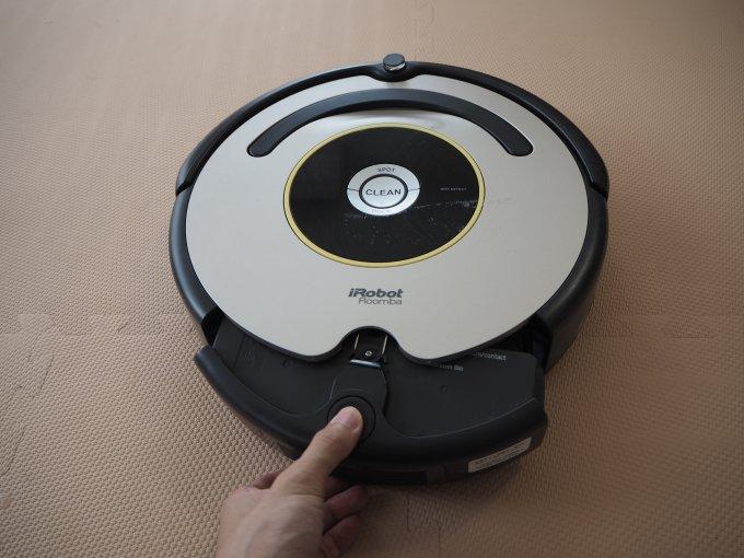 「iRobot ルンバ 622」のダストボックスを引き出している画像