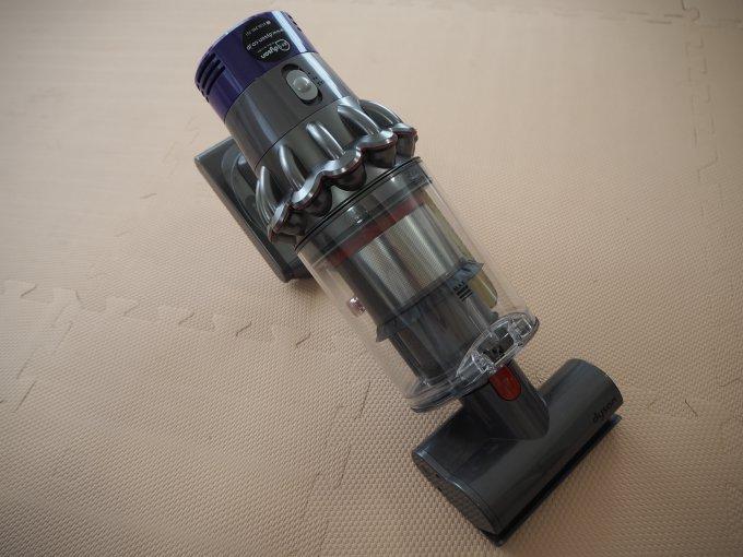 「ダイソン V10 Fluffy SV12FF」はハンディタイプのコードレス掃除機としても使える