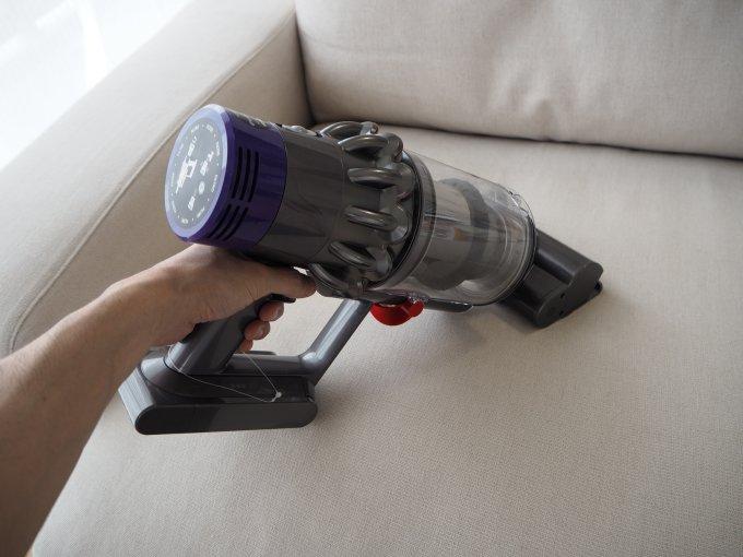 「ダイソン V10 Fluffy SV12FF」のミニモーターヘッドは布製品の掃除機掛けに便利
