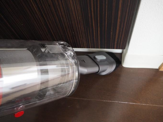 「ダイソン V10 Fluffy SV12FF」のコンビネーションブラシは隅っこの掃除に便利