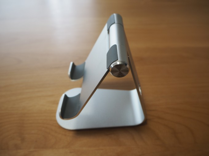 「Lomicall タブレット/iPadスタンド」を横からみた画像