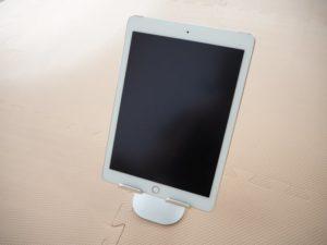 「Lomicall タブレット/iPadスタンド」にiPadを置いた画像