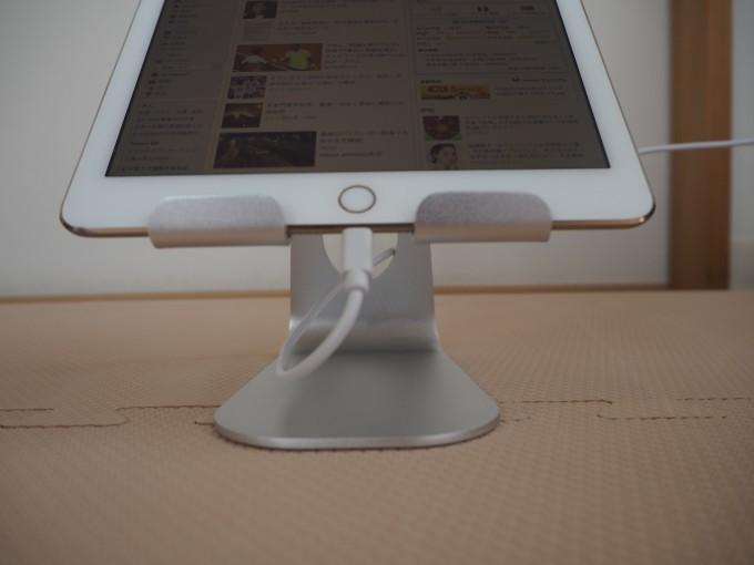 「Lomicall タブレット/iPadスタンド」は充電部分が空いていてそのまま充電可能