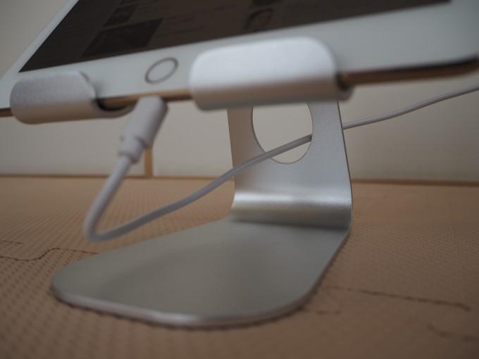 「Lomicall タブレット/iPadスタンド」は充電ケーブルを取り回すようの穴が空いている
