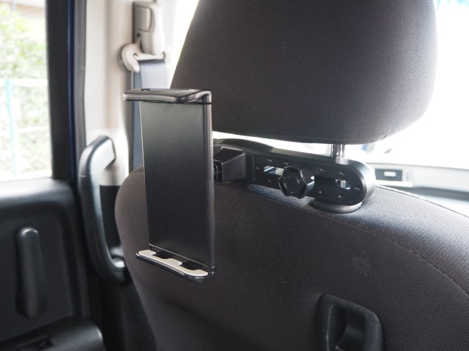 「タブレット固定用車載ホルダー」は車のヘッドレストに固定する