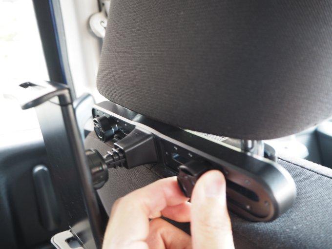 「タブレット固定用車載ホルダー」の固定はがっちりしている