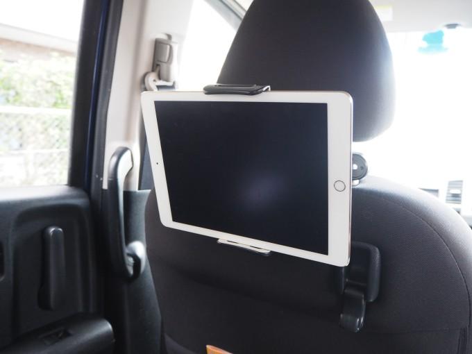 「タブレット固定用車載ホルダー」はしっかりタブレットを固定している