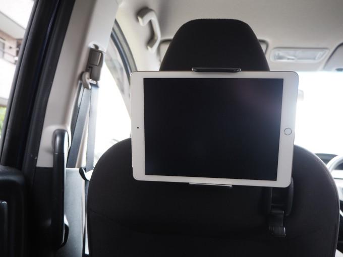 「タブレット固定用車載ホルダー」にタブレットを固定し子供目線で見るとこんな感じ