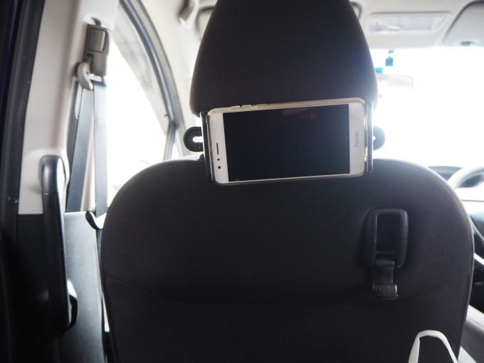 「タブレット固定用車載ホルダー」にスマホを固定したときの子ども目線