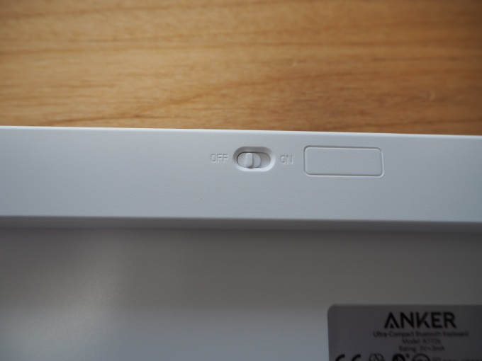 「Anker ワイヤレスキーボード」の電源スイッチ
