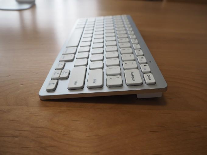 「Anker ワイヤレスキーボード」は少し傾斜がついている