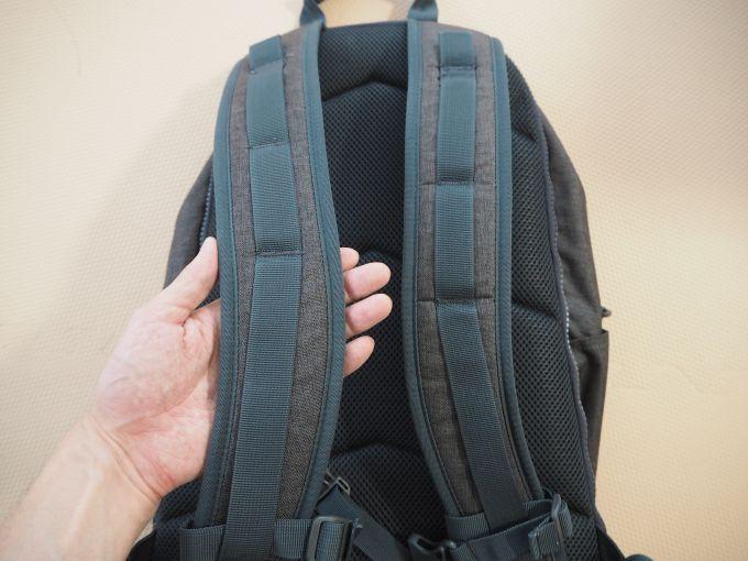 Colemanのアトラス30は肩にかける部分の幅が広く疲れにくい