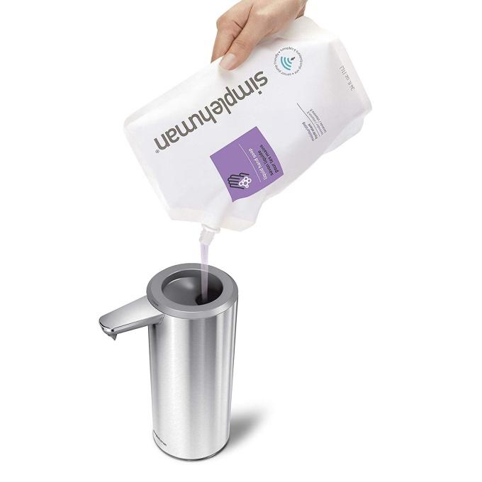 Simplehumanの「センサーポンプソープディスペンサー」は注ぎ口が広いため洗剤の交換が簡単
