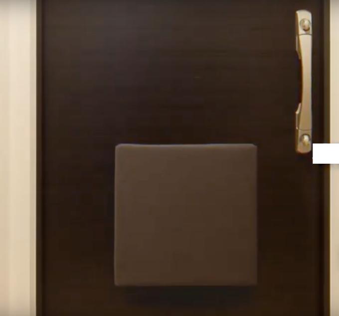 「オリジナル防災バッグOTE(On The Exit)」は磁石で玄関ドアにくっつくため、非常時でも確実に持ち出せる