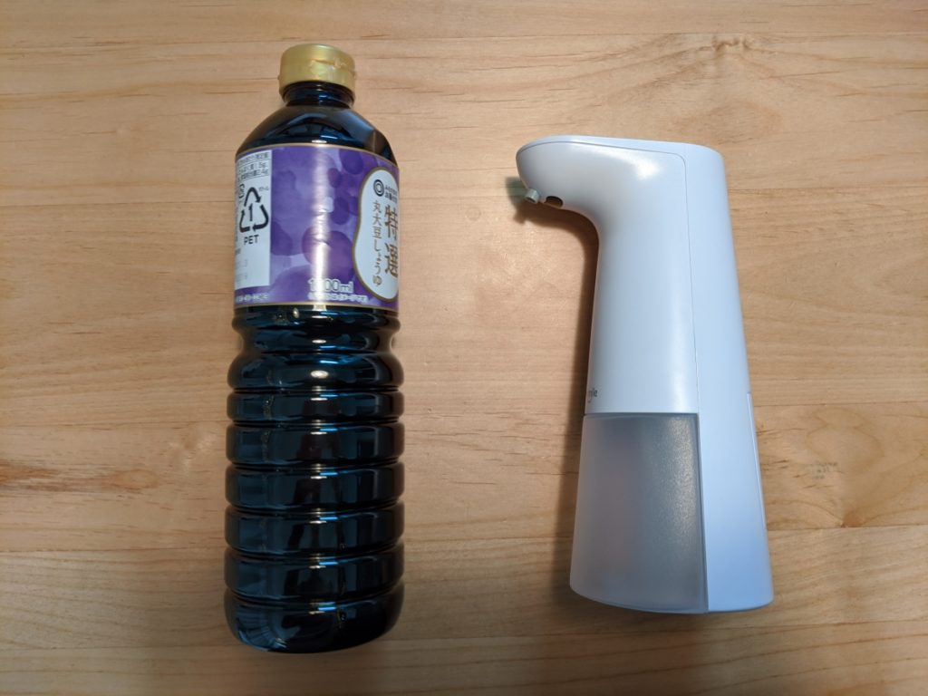 Umimileソープディスペンサーは、醤油の1Lボトルより、少し小さいくらいのサイズ感