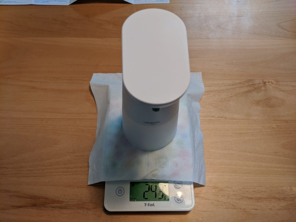 Umimileソープディスペンサーの本体のみの重量は243gで、私のスマホが約170gなので、実際に持ってみると「あ、結構軽いな」って感じた